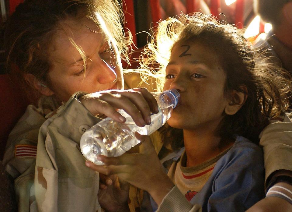 Mujer Dar De Beber A Una De Las Niñas Refugiadas Por Los Desastres Naturales