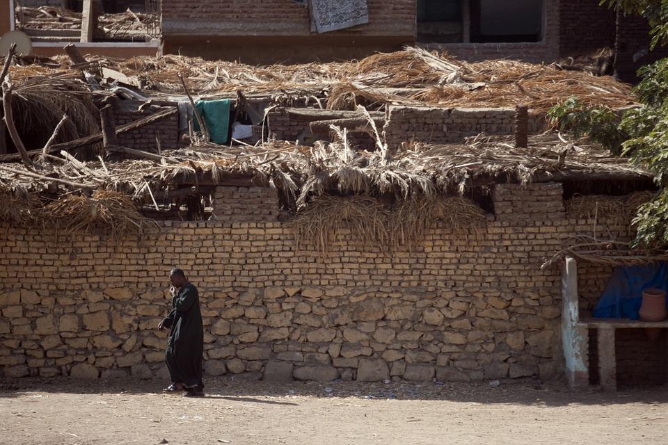 Hombre Refugiado Junto A Su Casa