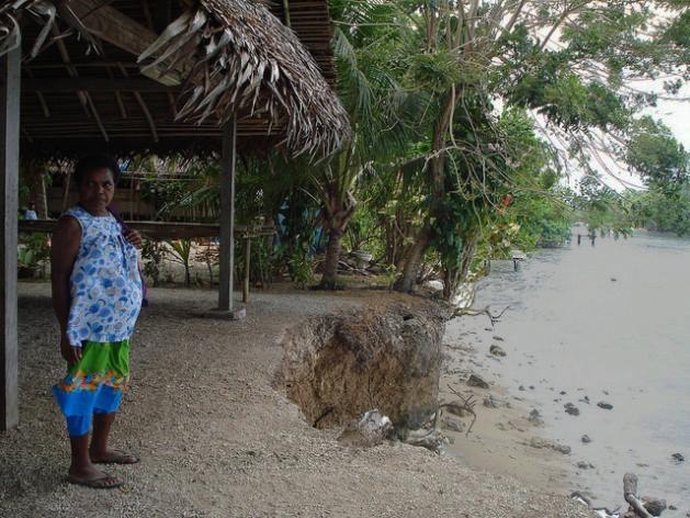 Mujer Espera La Ayuda Contra Desastres Climáticos