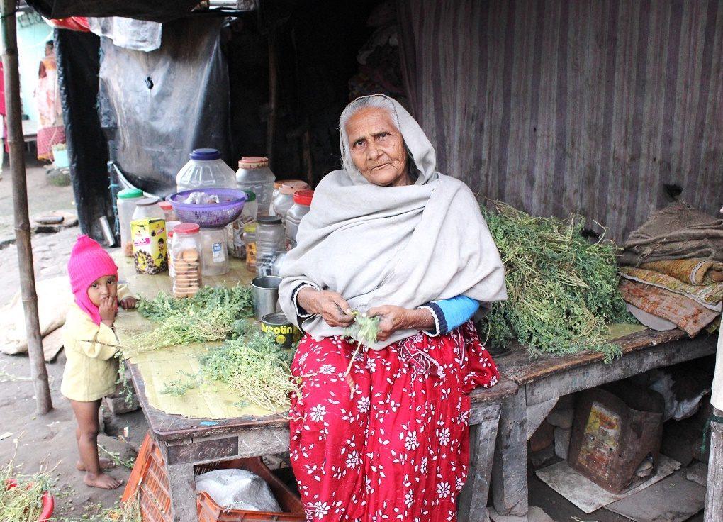 Afsa Begum, De Setenta Y Cinco Años, Vende Galletas Y Fryums Para Niños