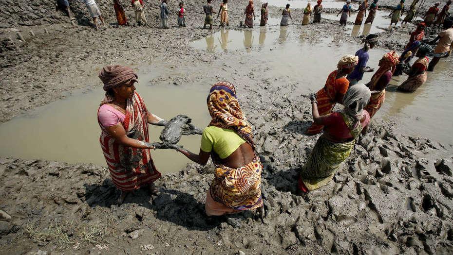 Residentes De Bangladesh Trabajan Para Reconstruir Un Dique Roto Por El Paso De Un Ciclón