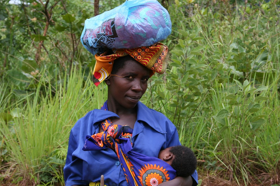 mujer africana amamantando a su hijo