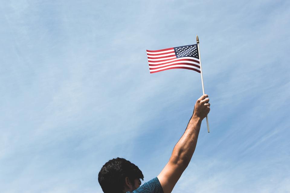 Inmigrante Sosteniendo La Bandera De Estados Unidos