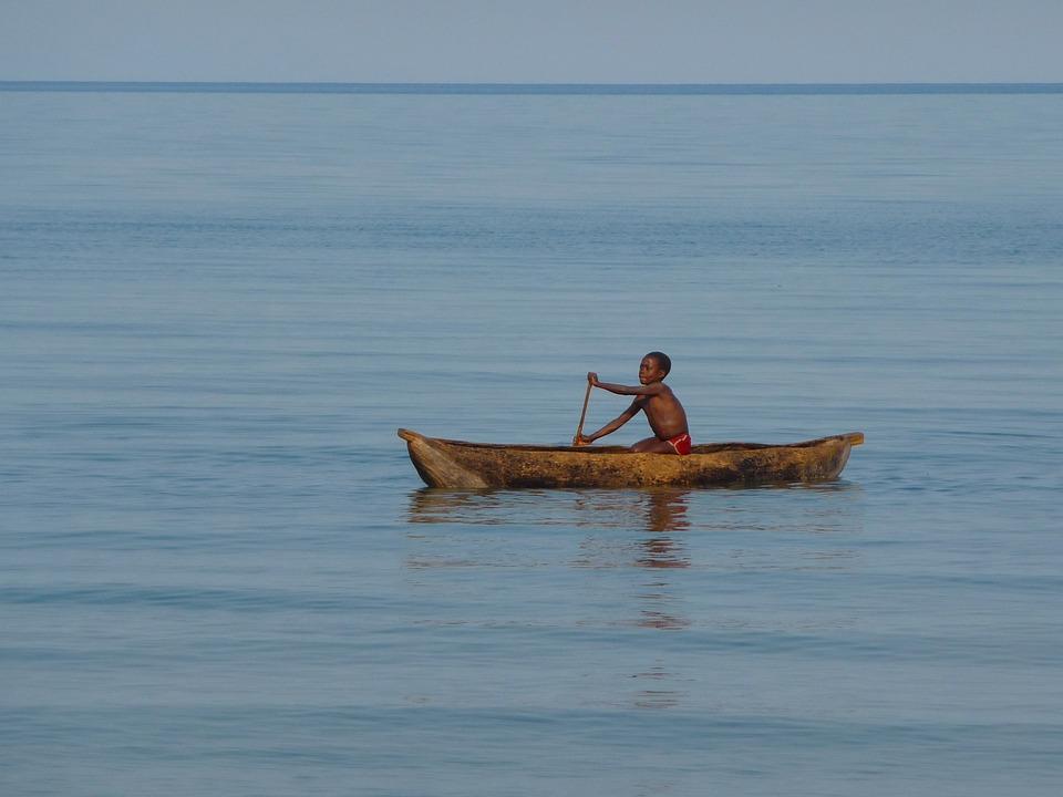 Un Niño De Malawi Rema Para Desplazarse De Un Sitio A Otro