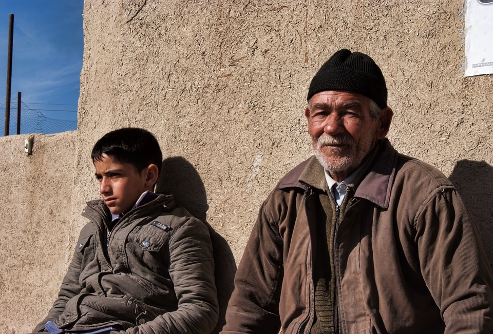 Abuelo Y Nieto Sirios A La Espera De Ayuda