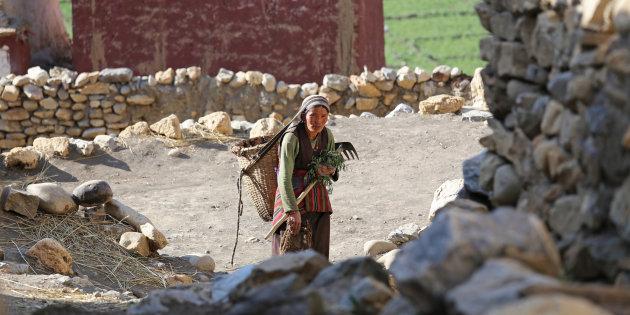 Mujer nepalí abandonando su hogar a causa de las sequías