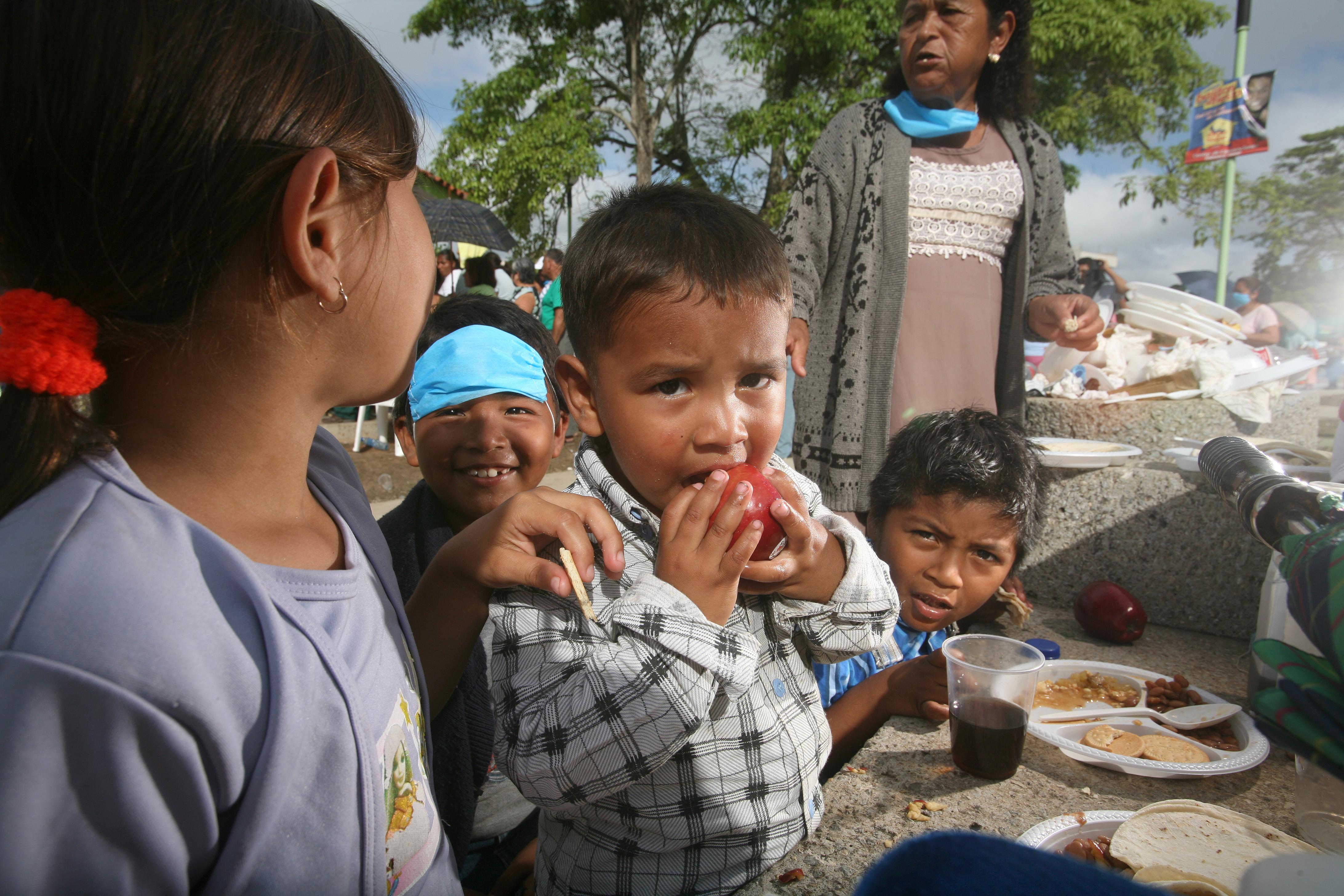 Un Niño De Cinco Años Comiendo Una Manzana