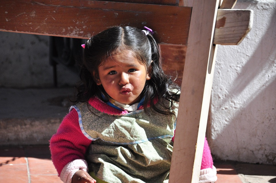 Niña Latinoamericana Jugando En Su Casa