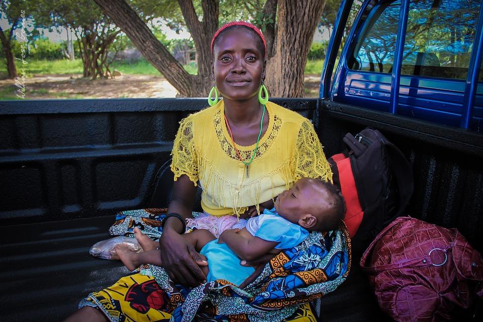 mujer con su hijo dormido en brazos