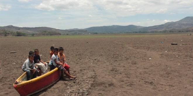 Grupo De Niños Observan Lo Que Queda De La Laguna