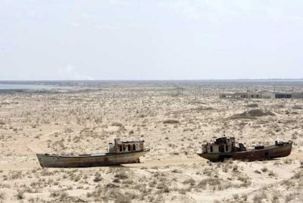 Dos Barcos Estancados En Lugares Donde Ya No Hay Agua