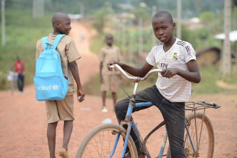 Niños Africanos En Su Ruta Hacia El Colegio