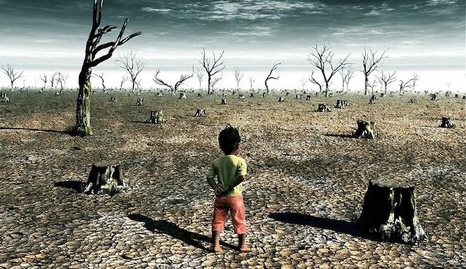 niño frente a un campo seco por la falta de precipitaciones
