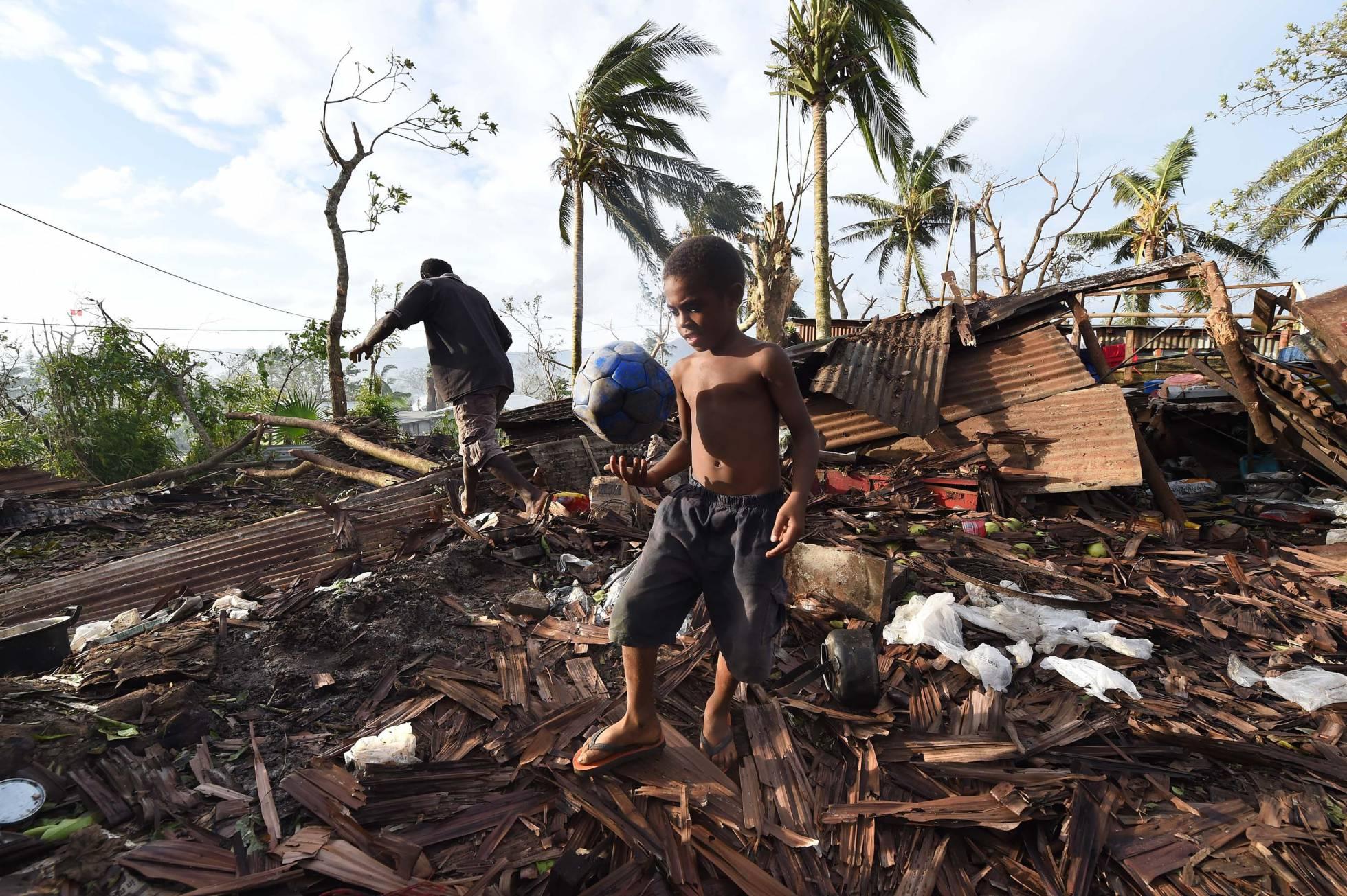 Un niño juega sobre las ruinas de su hogar tras el paso del ciclón Pam, en Vanuatu