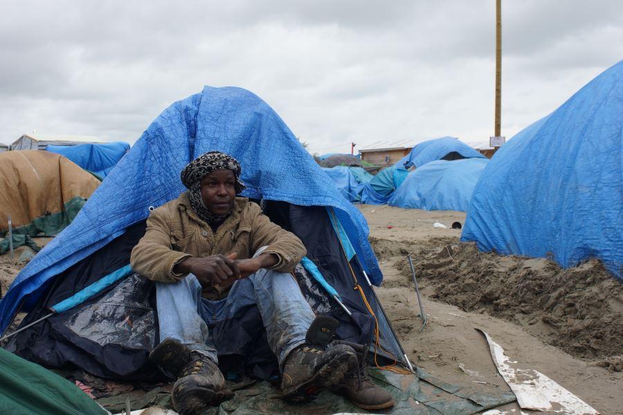 Imagen de un en el campo de refugiados La Jungla, Calais, Francia. Dejó su hogar debido a la violencia y los efectos del cambio climático