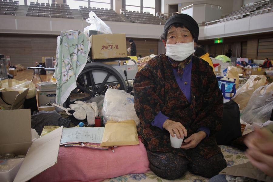 Una de las 50 mil personas evacuadas de Fukushima.jpg DETALLES DEL ADJUNTO Una de las 50 mil personas evacuadas de Fukushima