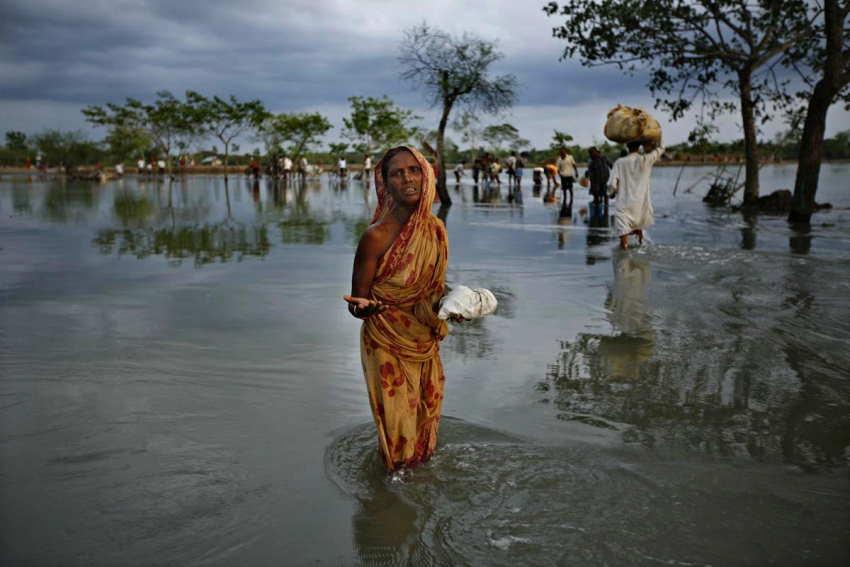 Una mujer llora mientras busca un lugar más seguro a medida que el agua ingresa a nuevas áreas después de que el ciclón Aila golpeara a las partes del sudoeste de Harinagar, Satkhira. © IOM 2009/Anita Wadud
