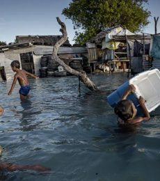 Niños rescatando sus objetos personales tras una inundación