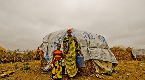 Mujeres desplazadas por la sequía en Etiopía reciben refugio de emergencia de la OIM.  ©IOMR/ Rikka Tupaz