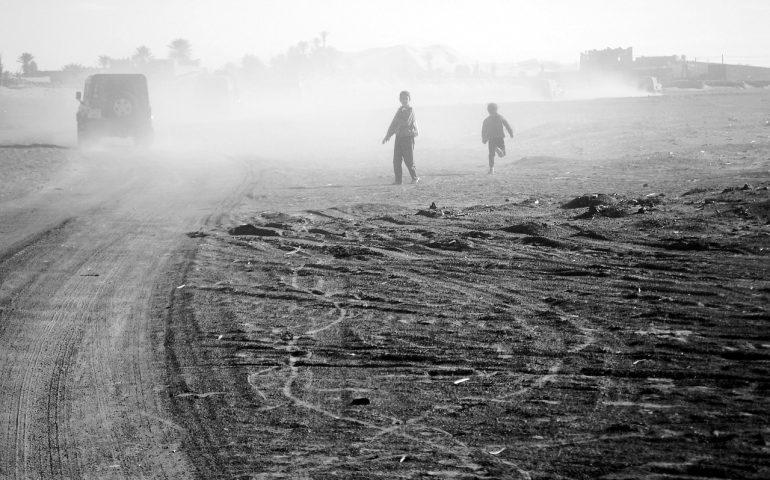 niños en África junto a la carretera